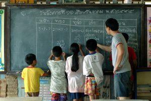ครูและนักเรียนที่โรงเรียนเรือนแพ ใน คิดถึงวิทยา